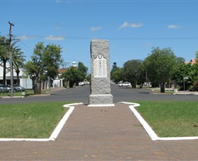 War Memorial and Heroes Avenue Roma - Wagga Wagga Accommodation