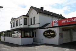River Arms Hotel - Wagga Wagga Accommodation