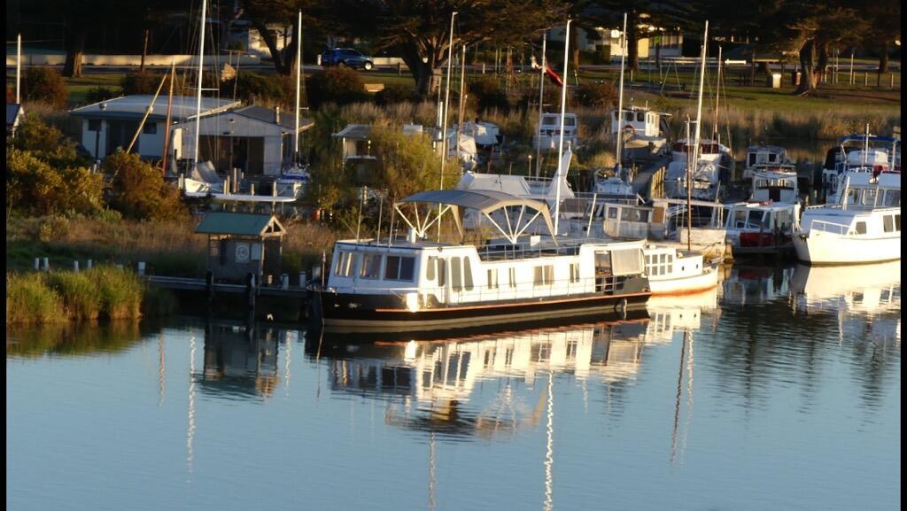 Swamp Fox luxury 2BR Dutch Barge - Wagga Wagga Accommodation