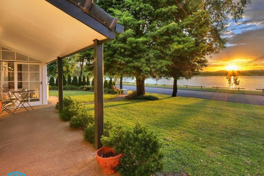 Tara Downs On Lake Albert - Wagga Wagga Accommodation